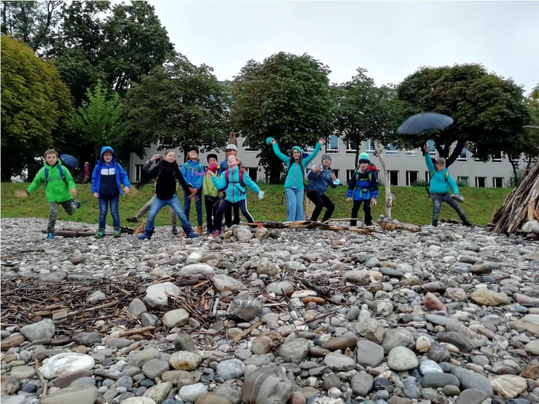 Gruppenbild vorm Neubau beim Naturerlebniscamp 2020